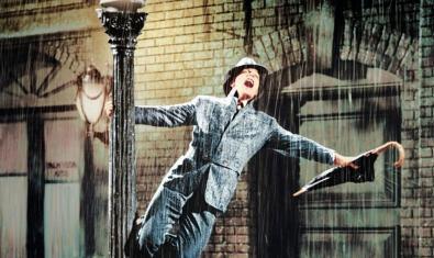 Gene Kelly agafat a un fanal i amb un paraigua a la mà en l'escena més coneguda del film