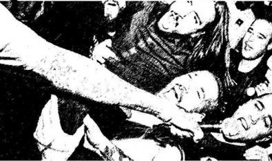 Una imatge en blanc I negre mostra una massa d'espectadors d'un concert de hardcore I el braç d'un cantant que els col·loca un micro davant la cara