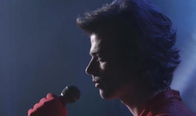 Una imatge del cantant Josep Xortó amb un micro a la mà que apareix en un dels vídeos de Carles Congost