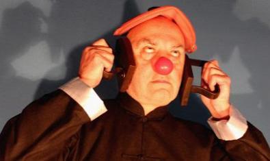 Una de las obras de la exposición muestra una figura con una gorra roja y nariz de payaso