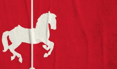 Una bandera vermella amb un cavall de carousel al centre serveix de cartell de l'espectacle