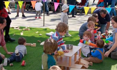Nens i nenes jugant sota la carpa