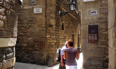 Dues persones entre el carrer de la Fruita i el carrer de Marlet