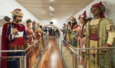Interior de La Casa dels Entremesos, exposición de gigantes