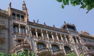 Vista parcial de la façana de la Casa Thomas