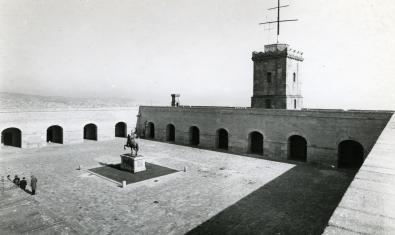 El pati d'armes del castell de Montjuïc l'any 1966, amb una estàtua eqüestre de Franco al centre. Fotografia de Francesc Ribera / AFB