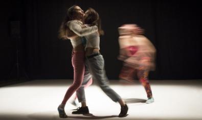 Las tres integrantes del colectivo Iniciativa Sexual Femenina en pleno movimiento en un momento de la representación