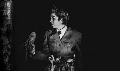 La actriu Celeste Ramos, caracteritzada com un dictador militar i amb una sabata a la mà