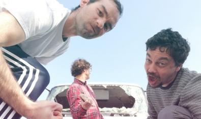 Els tres integrants d'aquest projecte musical barceloní fent ganyotes davant la càmera