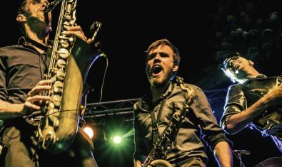 Fotografía de los dos saxofonistas que acompañan al Chino en plena actuación