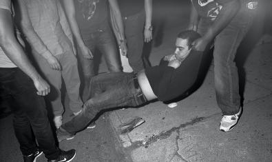Un manifestant és arrossegat durant una concentració de protesta
