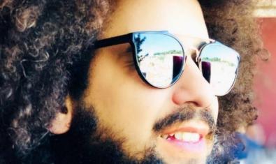 El músic portugués retratat amb ulleres de sol i els cabells llargs i arrissats