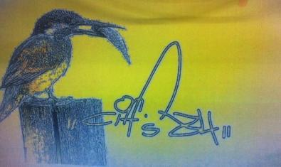 Una de les obres de l'artista que mostra un ocell empassant-se un peix