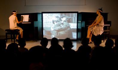 La pianista acompaña las imágenes de 'El chico', un clásico de Charles Chaplin.