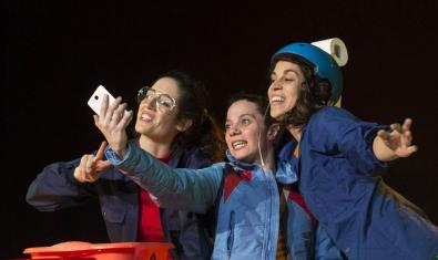 Les tres protagonistes de l'obra a l'escenari