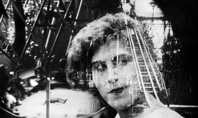 Un fotograma del film con la cara de una mujer y otras imágenes sobrepuestas sobre la principal