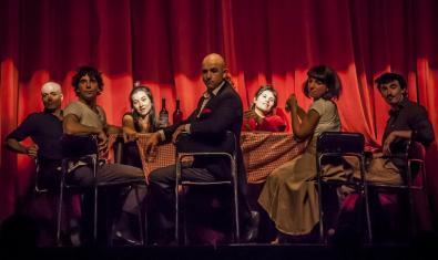 Els artistes del Combinat de circ asseguts al voltant d'una taula