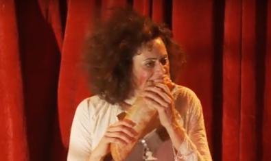 L'actriu Patrícia Pardo es menja un entrepà en escena durant la representació