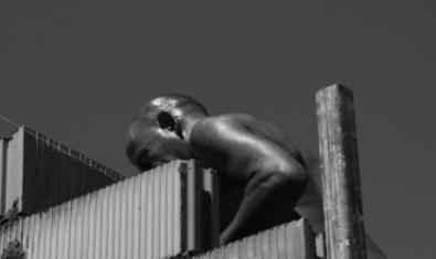 Una imagen en blanco y negro muestra un hombre levantando una pared