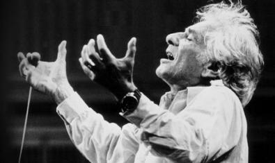Leonard Bernstein con las manos alzadas, escuchando la música totalmente emocionado.