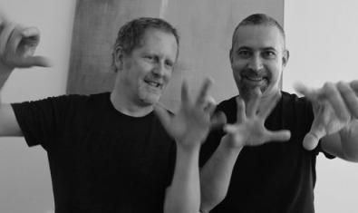Els dos pianistes gesticulant amb les mans mirant a la càmera.