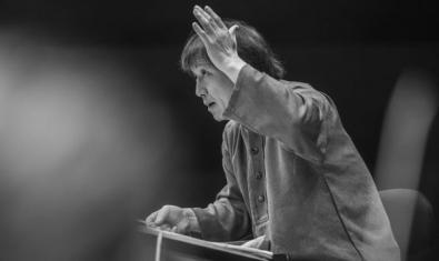 Kazushi Ono dirigint l'orquestra.