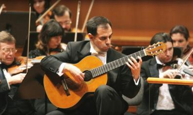 Guitarist Rolando Saad with the orchestra playing at the Palau de la Música.