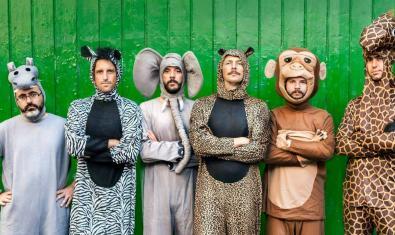 Els sis membres de la formació en filera i retratats amb posat seriós però vestits amb disfresses d'animals