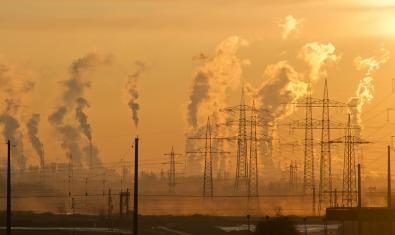 Imatge d'indústria i torres d'alta tensió