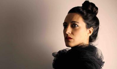 Una de las actrices protagonistas retratada con el cabello recogido y con un pañuelo negro al cuello