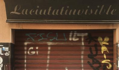 Una imatge de la porta d'una de les moltes cooperatives que hi ha a Barcelona