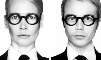 Un doble retrat que mostra la model amb ulleres de pasta fosca i vestit d'home i l'artista Pachi Santiago vestit exactament igual que ella