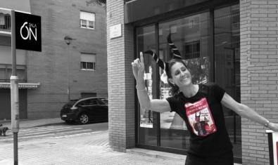 La artista retratada con unos cuernos en la cabeza en el momento de parar un taxi en la calle