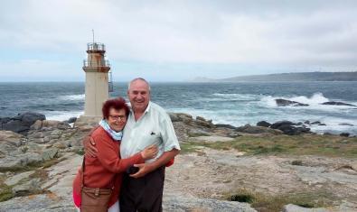 El padre y la madre de la fotógrafa que promueve esta iniciativa retratados abrazados ante un faro