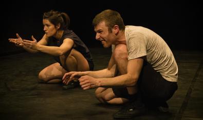 Els dos protagonistes de l'esceptacle, ajupits durant la representació