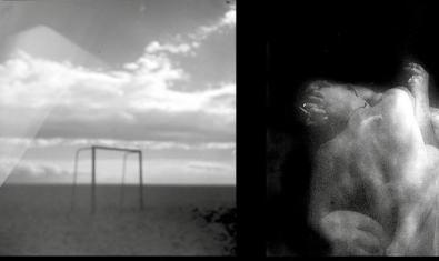 Una de les dobles imatges del fotògraf amb una figura humana i un paisatge amb una porteria de futbol al fons