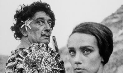 Salvador Dalí vestit de clown al costat d'una model, una de les fotografies de l'exposició