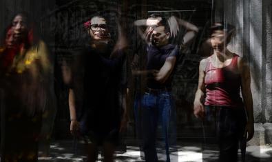 Els protagonistes de la funció en un retrat a les fosques i amb els artistes en moviment