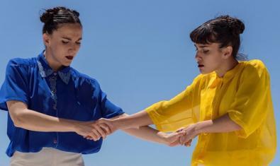 Dos chicas vestidas de colores vivos bailan en una de las coreografías que se interpretarán en la plaza de Can Fabra