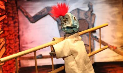 Fotografia de l'espectacle, un titella carregant una escala