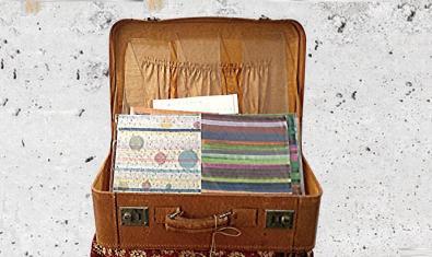 Una de les obres exposades mostra una maleta oberta plena de papers i objectes diversos