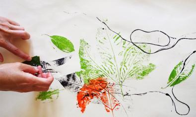 Fotografía del trabajo realizado con pinturas y texturas de la actividad