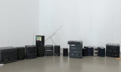 Una vista de la sala d'exposicions plena de ràdios i aparells de reproducció musical