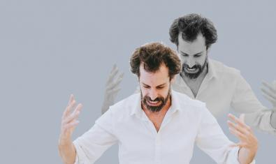 Una doble imatge de l'actor protagonista durant la representació vestit amb una camisa blanca