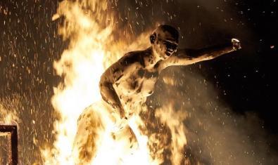Un aspecto de la obra de Daniel García Andújar que muestra una figura femenina en llamas