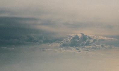 La portada del EP Sense del grupo Desert muestra un mar de nubes de tonos cobrizos
