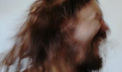 Una de las imágenes de la muestra presenta una cabeza con el cabello largo en movimiento