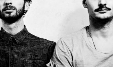 Retrat del duet de músics que integren la formació mostrant només la meitat inferior de la cara