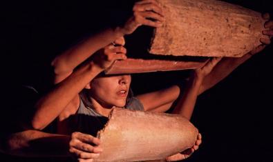 Una bailarina manipula unas tejas en una de las propuestas de danza del festival