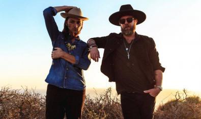 Los dos músicos retratados en exteriores con sombreros y gafas de sol